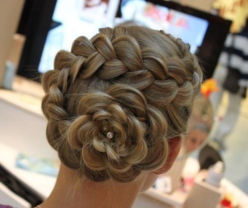 Coiffure de mariée chignon tresse original en forme de fleur , Happy Chantilly