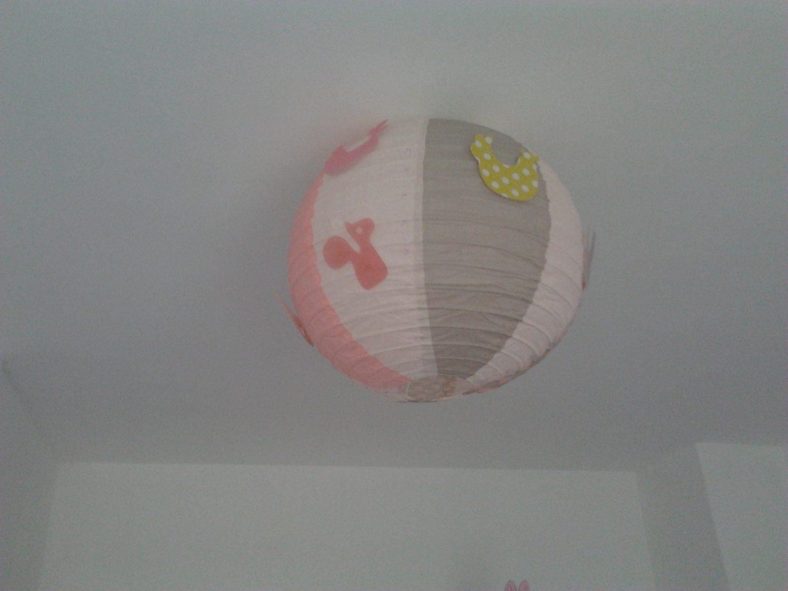 Lanterne papier rose et gris chambre bébé fille décoration   happy ...